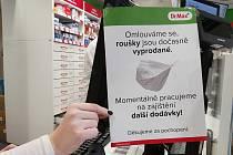 Roušky došly i v ústecké lékárně v Revoluční ulici naproti OD Labe.