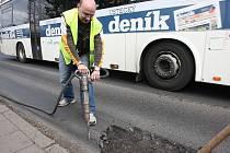 V reflexní vestě jsem měl možnost opravit několik výtluků na frekventované silnici v Ústí nad Labem s partou dělníků Viamontu. S kompresorovým kladivem je práce obtížná, ohlušující a namáhavá. Stejně jako s vibrační deskou.