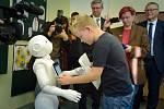 Čtvrťákům na ústecké základní škole pomáhá s výukou humanoidní robot.