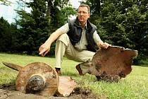 Místostarosta Karel Hainz u kusů železa z teplárny v zámeckém parku