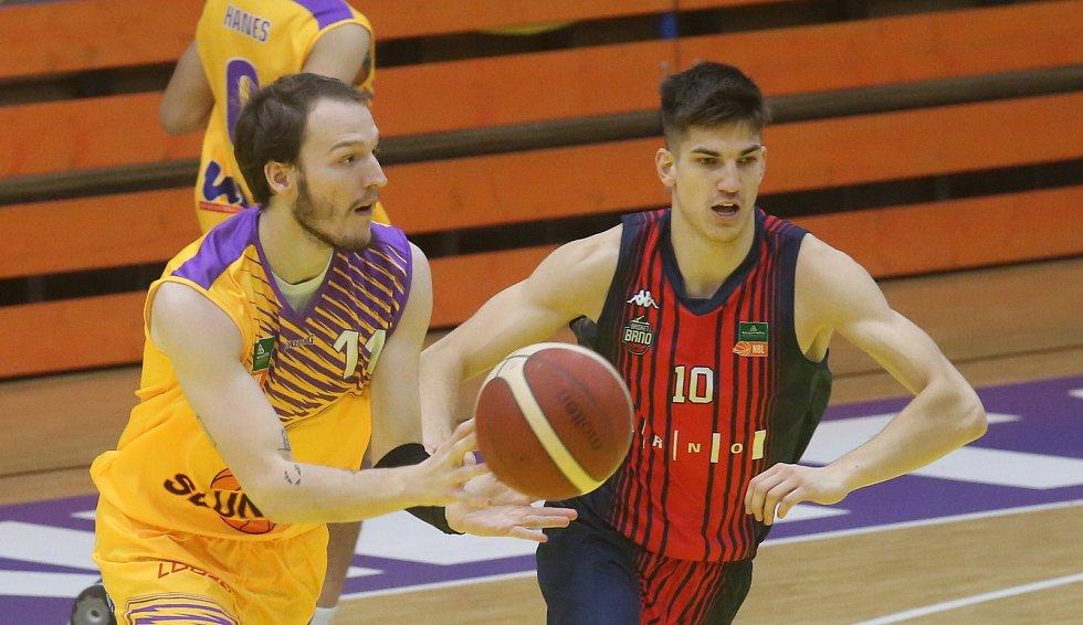 Martin David (ve žlutém) versus Radek Farský. Sluneta Ústí - Brno, KNBL 2020/2021