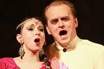 Pěvkyně Anna Klamo v náročné, ale krásné roli kněžky Lakmé a Jaroslav Kovacs (britský důstojník), tedy pár z úspěšné a ceněné inscenace opery Severočeského divadla opery a baletu.