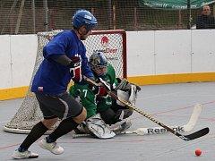 Hokejbalisté Coma Teamu (modří) rozstříleli Orlík 31:3.