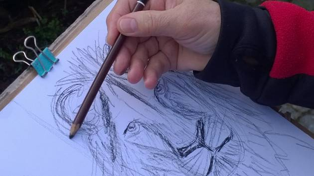 Univerzitní seniorky malují zvířata v ústecké zoologické zahradě.