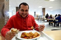 JÍDELNA, kde pracují  výhradně Romové, se otevřela v Trmicích. Provozuje ji podnikatel Martin Bajger (na snímku).