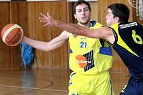 Basketbalisté Slunety USK (vlevo Beneš) doma prohráli s Kladnem i Žižkovem.