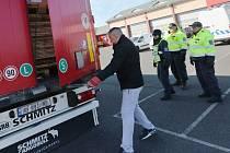 Cizinecká policie kontrolovala na dálnici D8 kamiony a autobusy speciálním naslouchacím přístrojem. Využili i pomoc Celní správy a vozidlo zkontrolovali speciálním mobilním rentgenem.