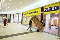 Multifunkční dům Forum v Ústí nad Labem se začíná naplňovat obchodníky, kteří upravují prostory pro své prodejny.