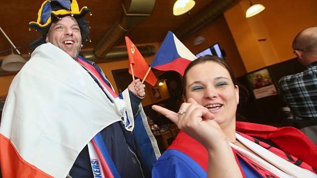 Fanoušci hokeje v restauraci Na Skalce v ústecké čtvrti Neštěmice