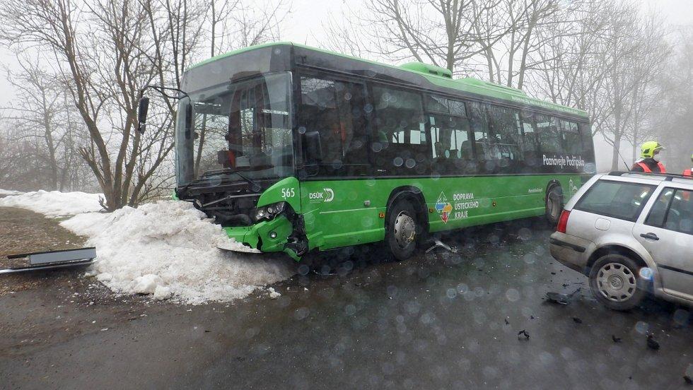 Srážka osobního auta a autobusu v obci Bříza