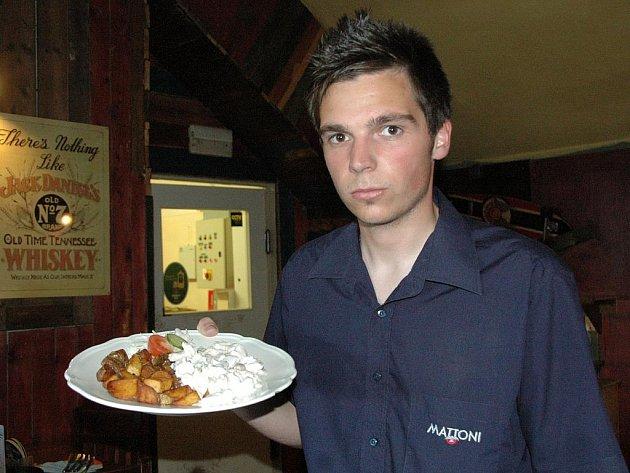 Tak jako každý čtvrtek se tradičně vařilo v restauraci Sport Pub Zlatopramen na Zimním stadionu podle čtenářů Ústeckého deníku. Na snímku číšník Václav Jelínek.