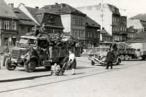Průjezd vojáků wehrmachtu na náměstí při ústupu před osvoboditelskou Rudou armádou v květnu 1945. A předzvěst listopadu 1945…