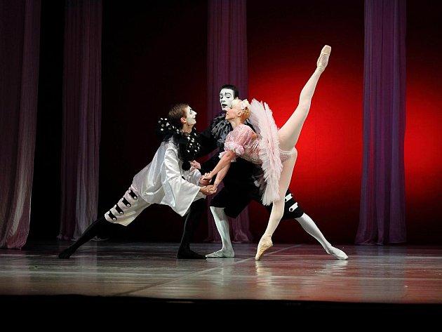 Královna loutek se jmenuje balet, z něhož ukázku zatančí Michaela Procházková, Marek Bobošík a Filip Rybár.