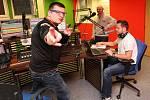 Fotoreportér Deníku moderoval ranní show s dvojicí severočeských spíkrů Markem Leštinou a Kamilem Bílským v ústeckém studiu.