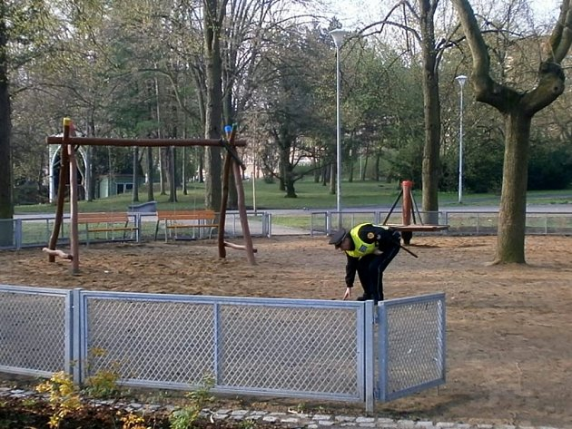 Strážníci vyrazili s jarem na dětská hřiště.