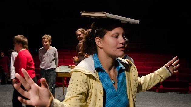 Klienti Domu soc. služeb v Janově na jednom z úvodních hereckých workshopů.