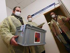 Volit prezidenta mohli i pacienti ústecké Masarykovy nemocnice. Kvůli chřipkové epidemii je zde zákaz návštěv, volební komise proto musela použít ochranné roušky.