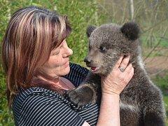 Chovatelka Radka Šarkanyová s jedním z medvídků, jejichž křest je připraven v rámci programu Velikonoc na statku.