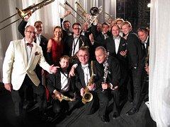 Bigband pokračuje v tradici hraní písniček americké legendy Glenna Millera.