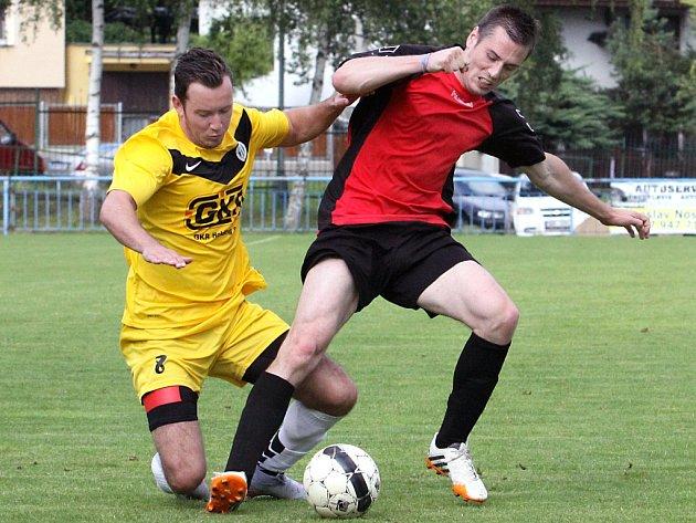Fotbalisté Velkého Března (vpravo Pošík) hráli už třetí rok po sobě v 1.A třídě o holé přežití.