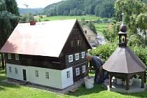 Zubrnický kronikář František Kirschner postavil modely historických roubenek