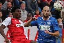 Ústecký forvard Tomáš Smola bojuje o míč se Slávistou Simonem Delim.
