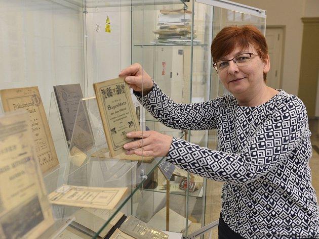 Práce zakladatele moderního ústeckého muzea lze najít ve vitrínách u muzejní knihovny.