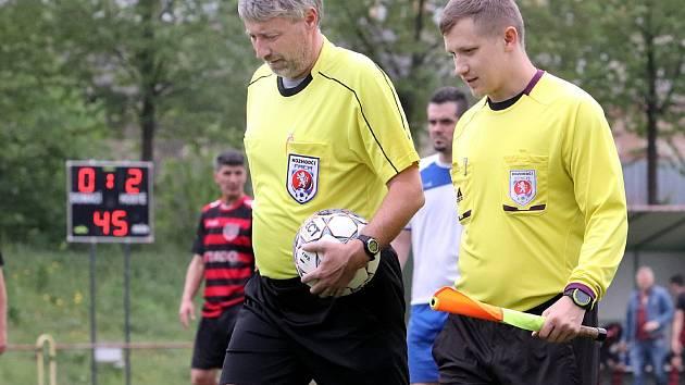 I.B třida. Trmičtí (bílomodří) do poločasu statečně vzdorovali, pak je soupeři z Unionu Děčín (červenočerní) zdeptali jedenácti góly. Fotbal ilustrační