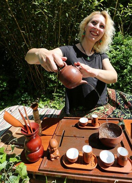 Jolana Vaverková a příprava čajového speciálu na zahradě