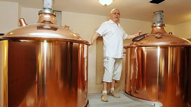 Jaroslav Rottenborn představil vybavení nového pivovaru v centru Ústí, kde bude zanedlouho kralovat. Vlastník Martin Prachař slibuje otevření už v říjnu.