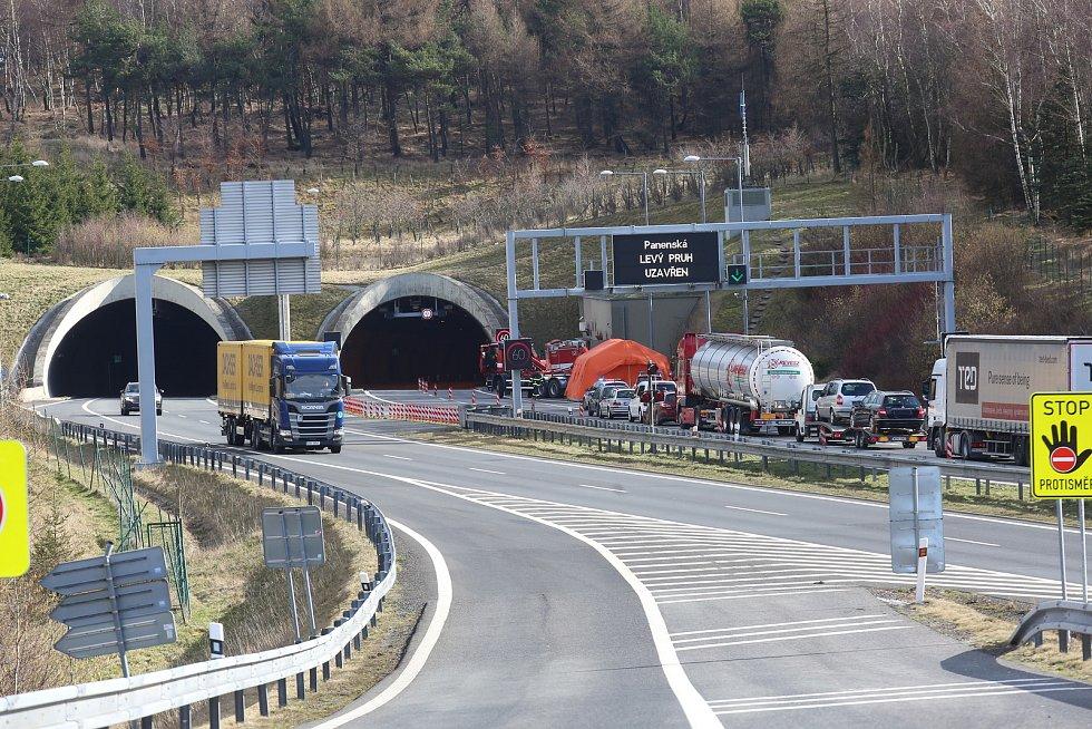 Hasiči staví u Petrovic zázemí pro hraniční kontroly.