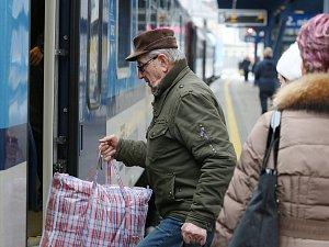 Senioři cestující vlakem
