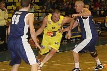 Pivot Tomáš Hrubý (na snímku ve žlutém) uniká svému obránci ve 13. Mattoni národní basketbalové ligy. Domácí celek Slunety Ústí vybojoval s Plzní pátou výhru v soutěži.