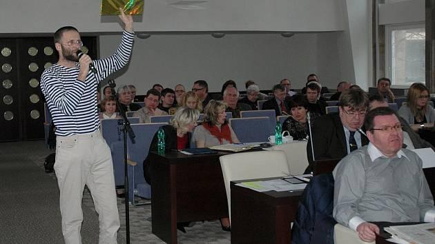 Jan Kvapil, předseda sdružení Stop tunelům, na zasedání zastupitelstva.