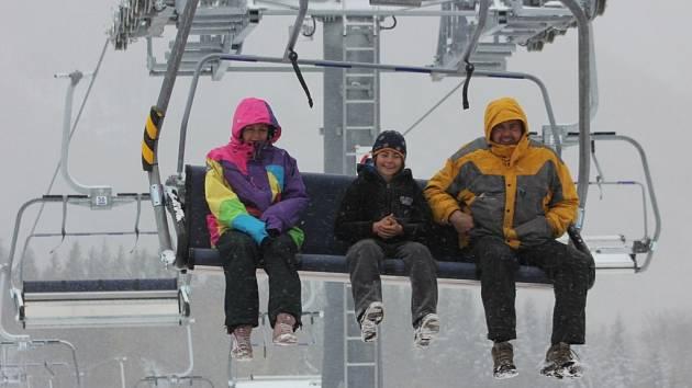 Klíny. Nová sedačková lanovka se poprvé rozjela už o posledním říjnovém víkendu. Na lyžování ale sněhu dost nebylo.