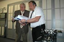 Hanuš Adamec sepsal historii ústecké Obchodní akademie, kterou navštěvoval. Spolu s ní řediteli Romanu Jirešovi věnoval i historický psací stroj.