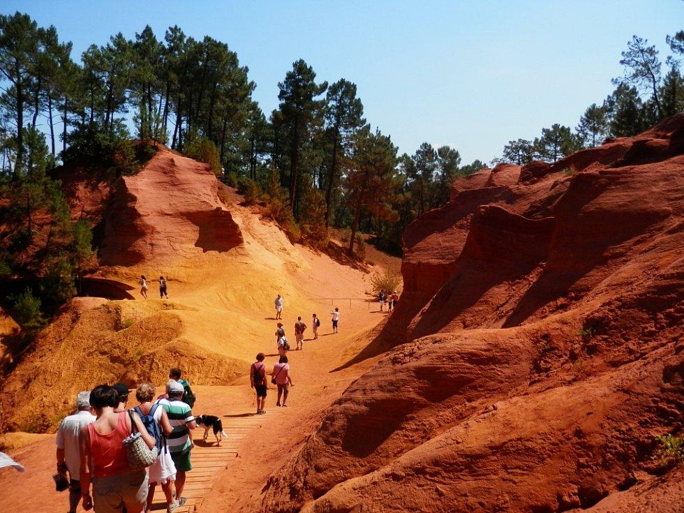 Z francouzské Provence, městečka Roussillon, pořídila snímek Hana Mrštíková z Rumburku. Jsou na něm unikátní oranžové skály. Jejich barvu způsobuje hornina bauxit, která slouží k výrobě hliníku.