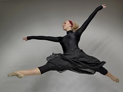Petra Parvoničová je tanečnice zaměřená na moderní hudbu. Má s ní s kolegy úspěchy.