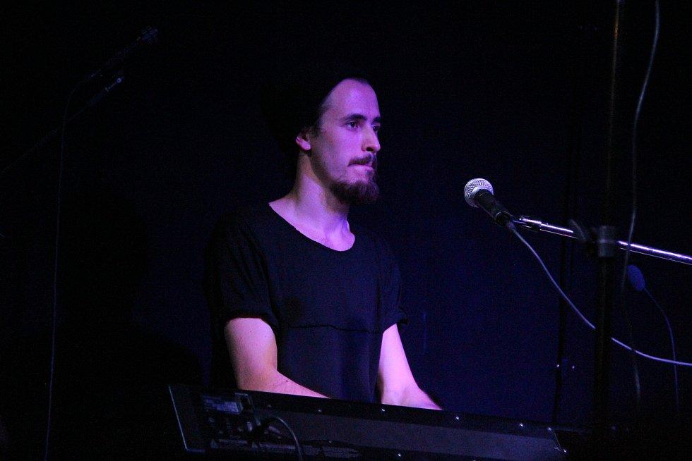 Neobvyklé vokální trio s klávesami a elektronickými krabičkami dobře bavilo ve čtvrtek 16. listopadu večer v ústeckém Vaňově na Cargo Gallery, lodi plné umění. Foto: Deník/Radek Strnad