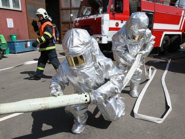Námětové cvičení hasičů ve spalovně nebezpečných odpadů v Trmicích.