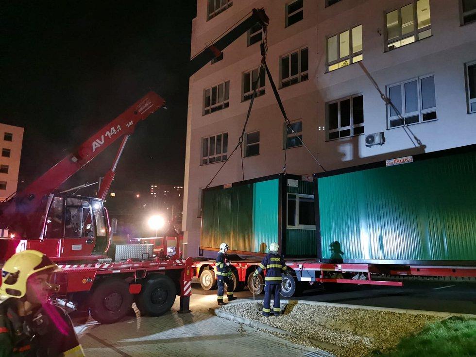 Instalace kontejnerů pro zázemí odběrového místa na testy na Covid-19 v Masarykově nemocnici v Ústí nad Labem