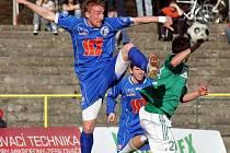 Potřetí v řadě prohráli v Karviné ústečtí fotbalisté. Na snímku v souboji o míč Valenta (vlevo). V dalším kole hostí pražskou Duklu.