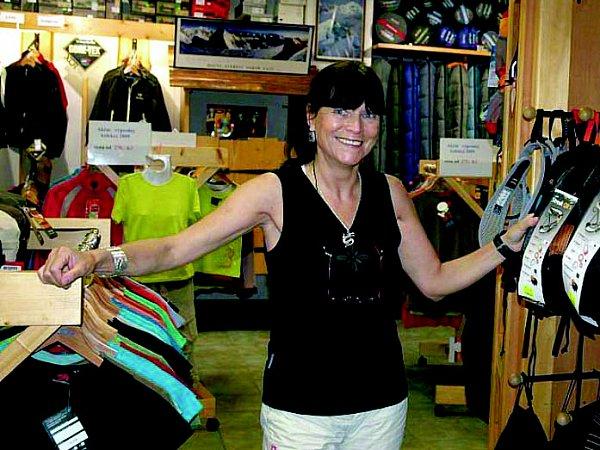 Zuzana Hofmanová ve své prodejně vHUDY sportu.