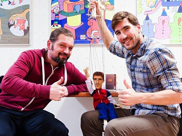 HABROVICKÝ ŘEZBÁŘ Miroslav Nebeský (vlevo) spolu s českým olympionikem Davidem Svobodou a dřevěnou loutkou.