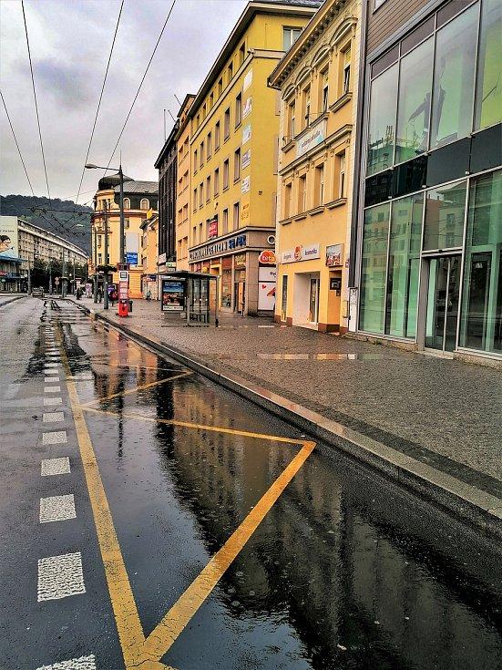 Ústecký fotograf Martin Vodňanský si oblíbil snímky zachycující dominanty města nad Labem v odrazu kaluže. Říká jim loužovky. Na snímku je pohled na Mírové náměstí.