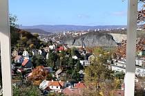 Vyhlídka Vlastimila Cajthamla je novým výletním cílem na území města Ústí nad Labem. Pohled přes horní Střekov na Mariánskou skálu s kamenolomem.