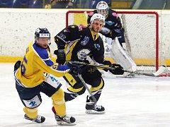 Hokejisté Ústí (žluto-modří) doma porazili Kadaň 2:0.