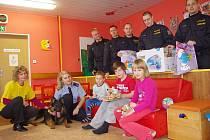 Policisté a kouzelník rozdávali malým pacientům dárky.