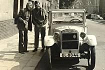 Na snímku z roku 1973 je zachycen Emil Sedláček s tehdy mladým hercem a bavičem Josefem Dvořákem a historickým BMW DIXI před legendárním Kladivadlem.