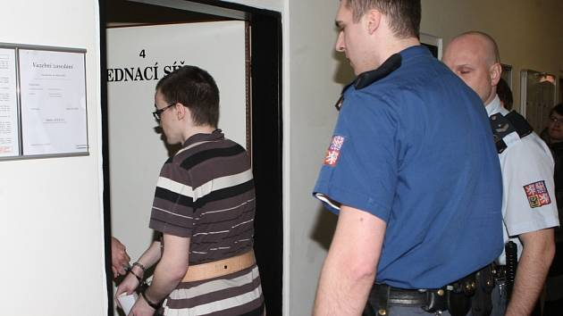 Martin, jeden ze dvou obviněných mladíků, u soudu.